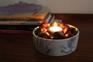 Kastaniendeko mit Kerze