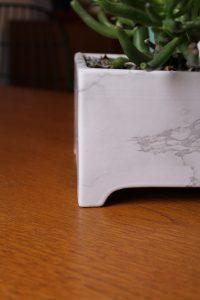 Blumentopf mit Klebefolie in Marmoroptik