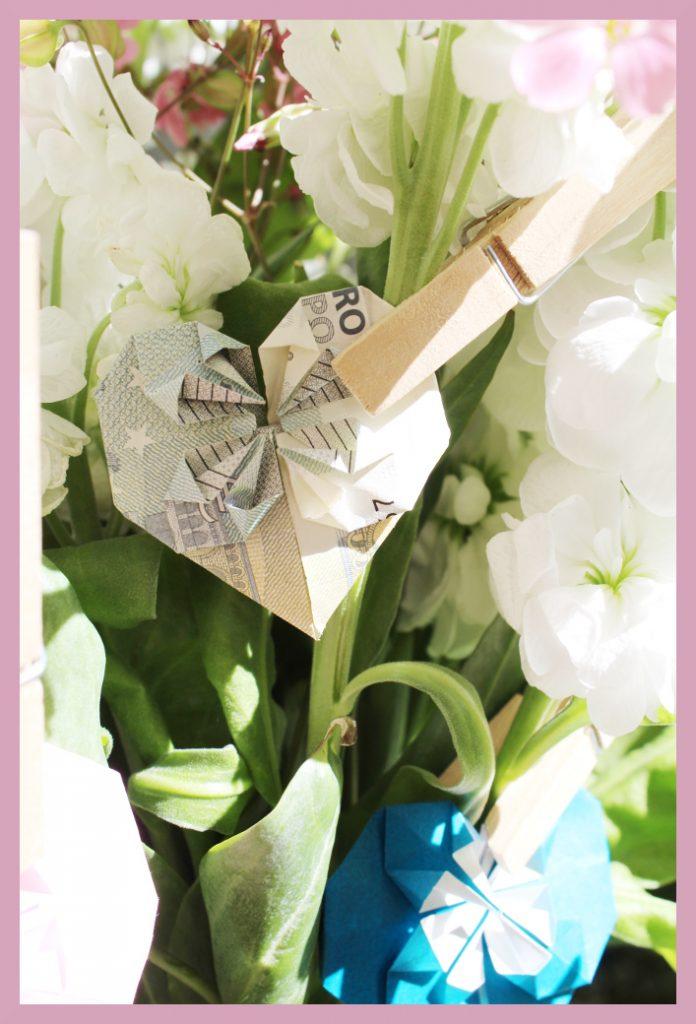 Origami Herz aus Geldschein im Blumenstrauß