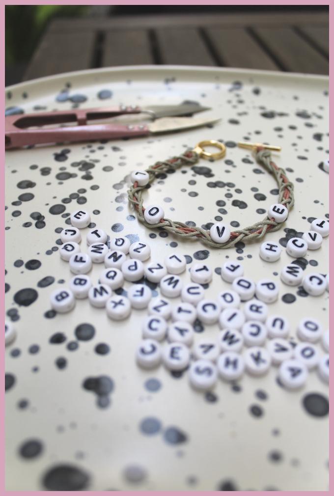 Bastelanleitung für Armbänder flechten mit Perlen von frau friemel