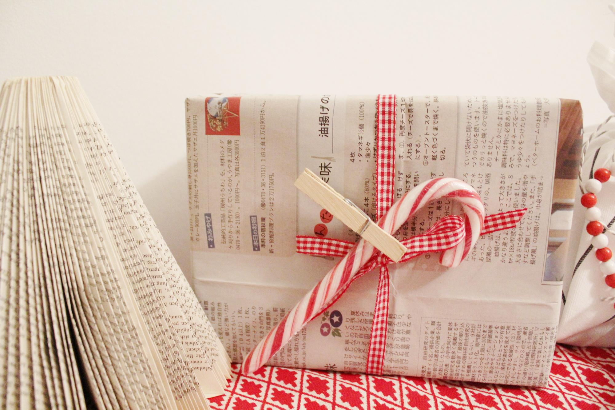 Geschenkverpackung Zeitungspapier
