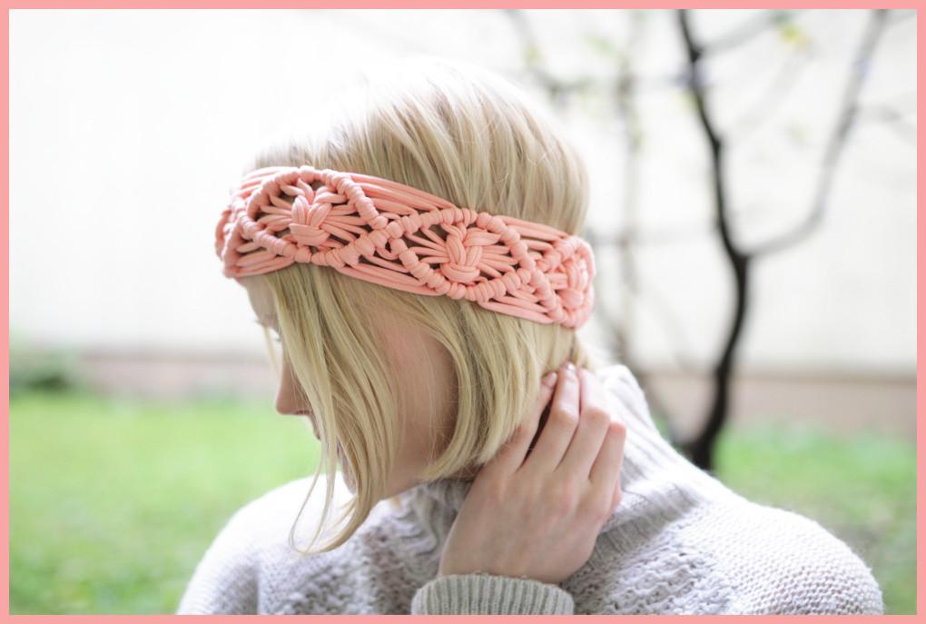 Lachsafarbenes Makramee Haarband im Detail mit Makramee